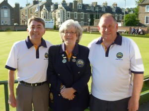 Club President Mrs Jennifer Stewart with finalists Brian Morris (L) and Mike Crooks. After a close game Brian won 21-16